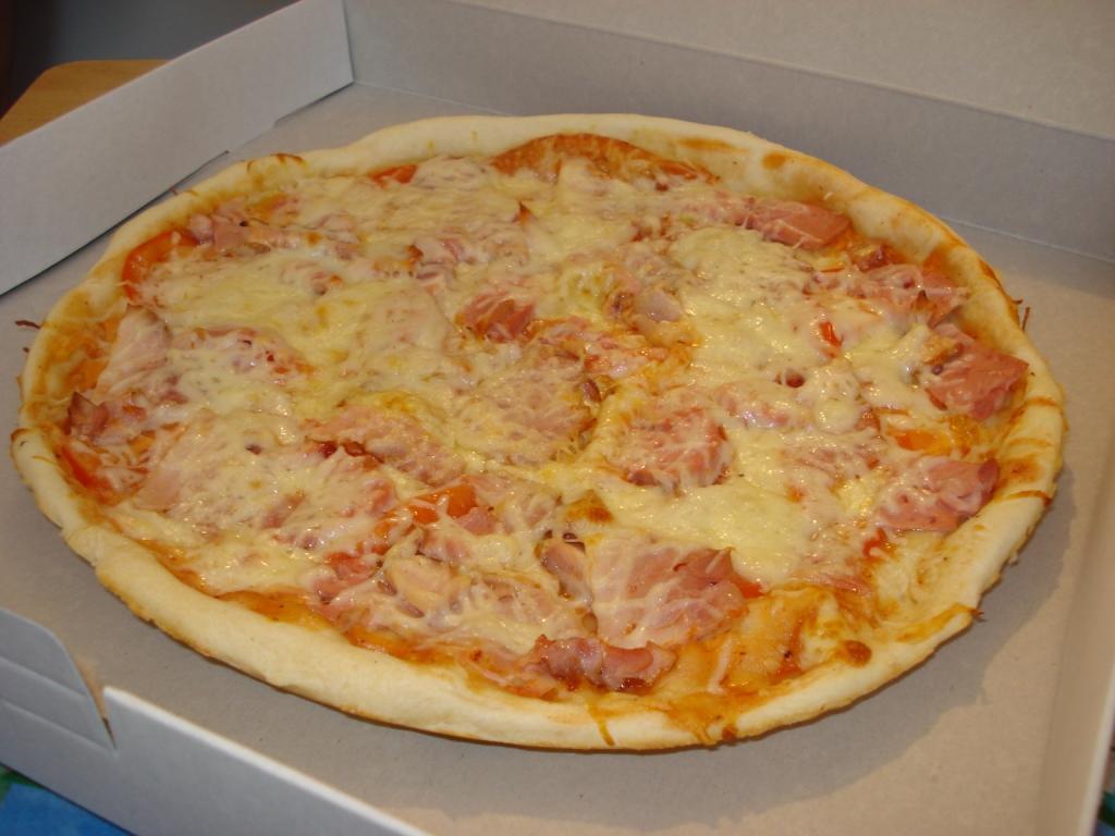Пицца в домашних условиях с колбасой и помидорами